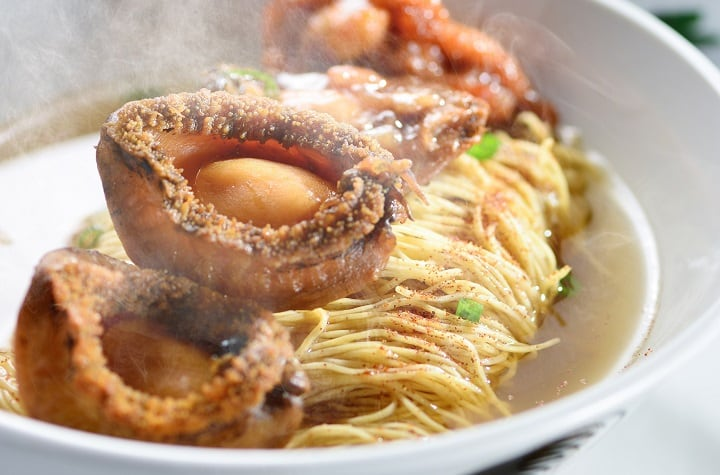 Abalone-Chicken-Fillet-and-Shrimp-Roe-Noodles-in-Casserole