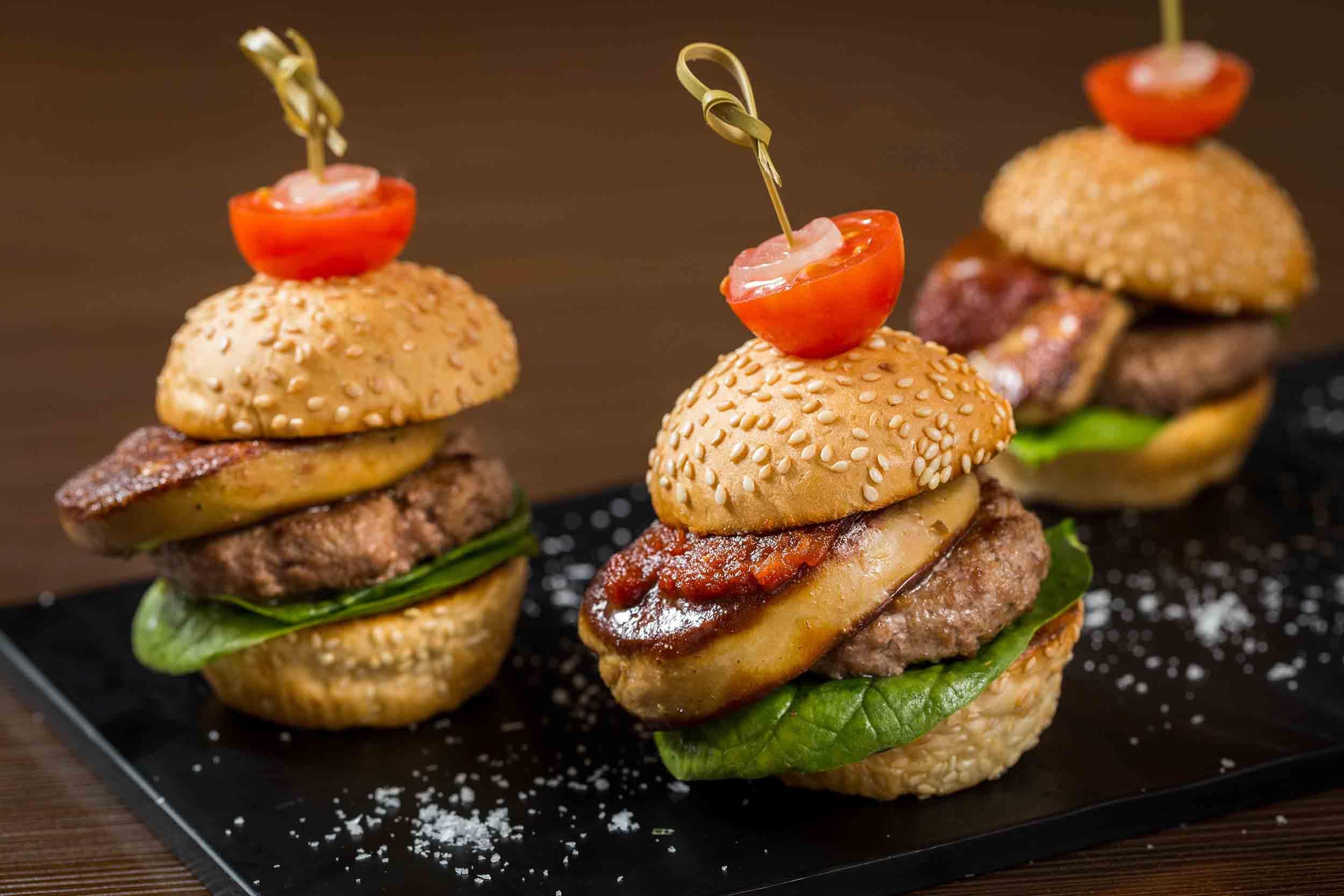 nwmhk_mini-foie-gras-burger-with-red-onion-jam-and-baby-spinach-%e8%bf%b7%e4%bd%a0%e9%b5%9d%e8%82%9d%e6%bc%a2%e5%a0%a1%e4%bc%b4%e7%b4%85%e6%b4%8b%e8%94%a5%e9%86%a4%e5%8f%8a%e8%8f%a0%e8%8f%9c%e8%91%89_
