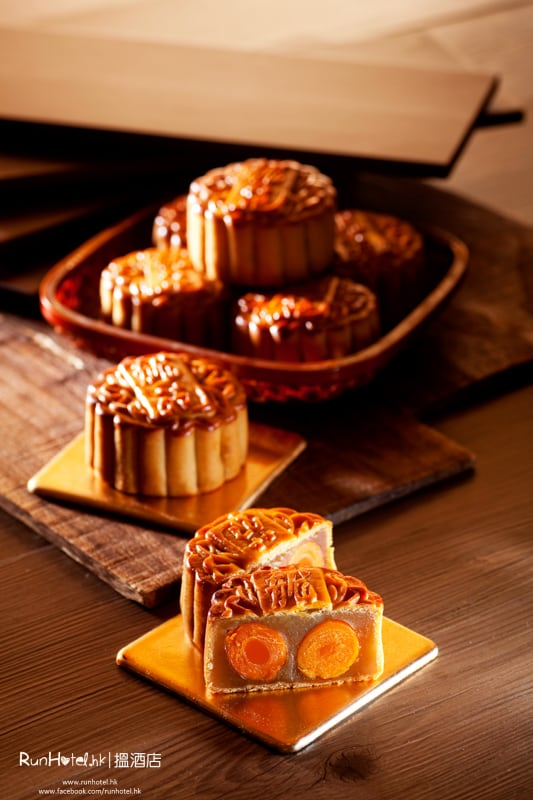 Lotus Seed Paste Mooncake with Double Egg Yolks雙黃白蓮蓉月餅