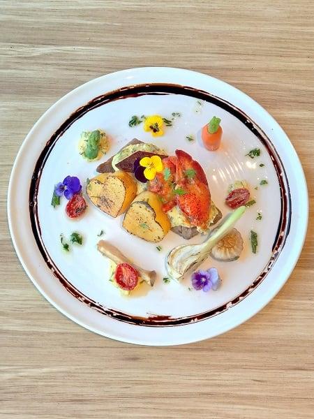 慢煮香草龍蝦尾伴炭燒澳洲和牛肉眼配燒薯及蕃茄法式伯那西醬汁