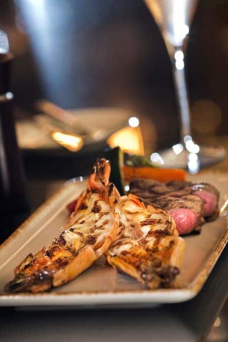 炭燒美國牛扒及大蝦配香烤紅菜頭及車厘茄