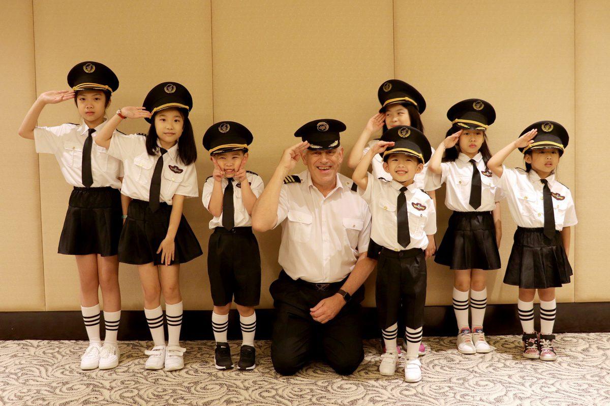 「香港華民航空」的專業機師將於星期日安排有趣的講座及頒發畢業證書